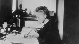 Marie Curie, physicienne française, à son bureau, à Paris, en 1905. (© BOYER / ROGER-VIOLLET)