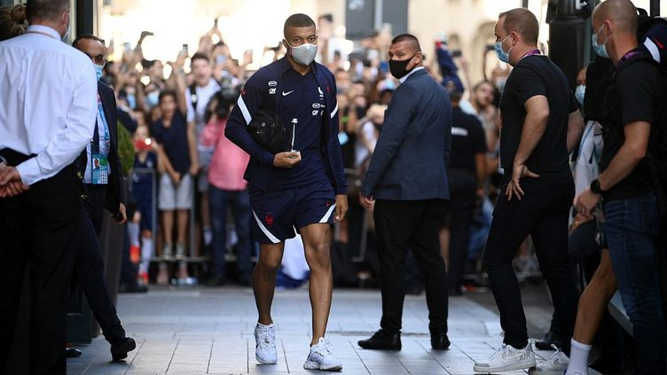 L'attaquant tricolore Kylian Mbappé quitte l'hôtel de l'équipe de France à Bucarest (Roumanie), samedi 26 juin 2021. (FRANCK FIFE / AFP)