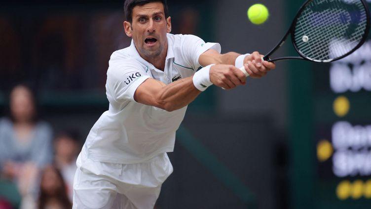 Le Serbe Novak Djokovic face au Canadien Denis Shapovalov en demi-finale de Wimbledon, vendredi 9 juillet 2021. (SHUHEI YOKOYAMA / YOMIURI / AFP)