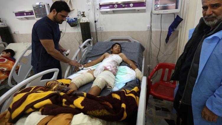 Un jeune civil irakien blessédans la bataille de Mossoul, soigné à l'hôpital d'Erbil (Irak) (SAFIN HAMED / AFP)