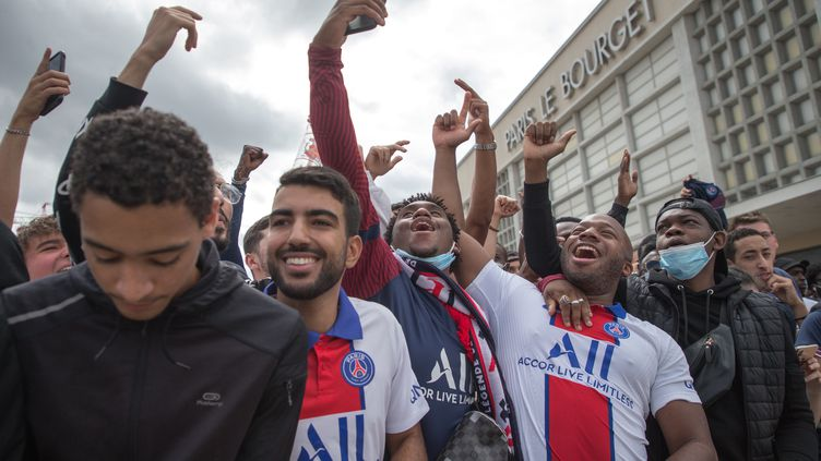 """Des supporters du PSG devant l'aéroport """"Le Bourget"""" près de Paris, le 9 août 2021. (CHRISTOPHE PETIT TESSON / EPA / MAXPPP)"""