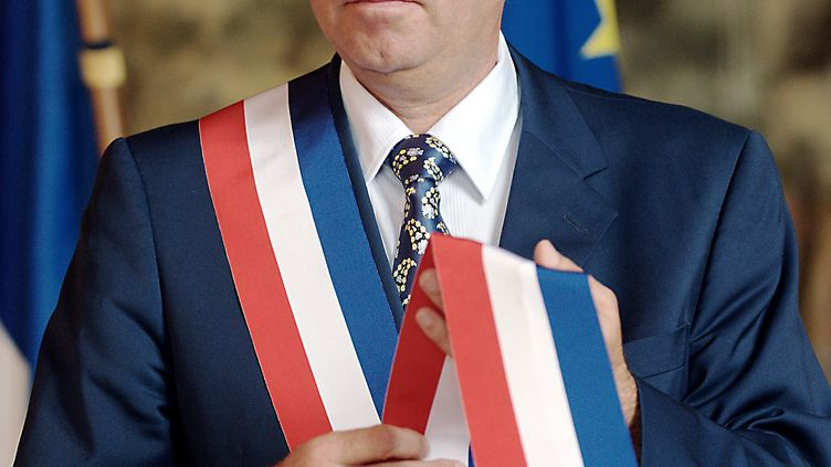 Daniel Duquenne (DVG), 58 ans, pose avec l'écharpe tricolore, après son élection comme maire d'Hénin-Beaumont par le conseil municipal le 12 juillet 2009. (PHILIPPE HUGUEN / AFP)
