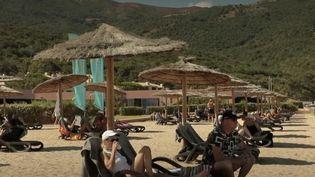 La saison estivale est cruciale pour les professionnels du tourisme qui ont subi de lourdes pertes. Un club de vacances d'Ajaccio (Corse) en est une bonne illustration: après trois mois de fermeture, il reprend vie. (France 2)