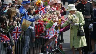 La reine Elizabeth II reçoit des fleurs à l'occasion de son 90e anniversaire,àWindsor, au Royaume-Uni, jeudi 21 avril 2016. (STEFAN WERMUTH / REUTERS)