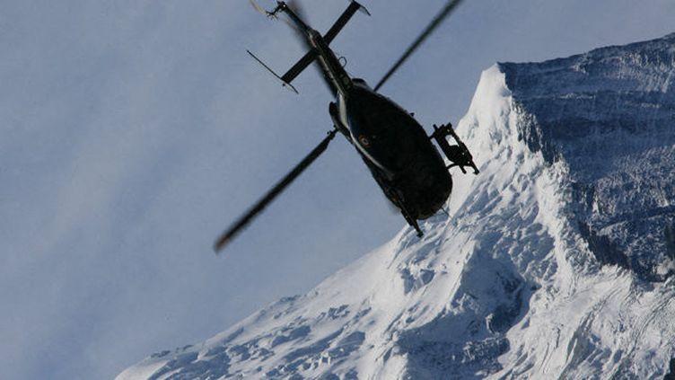 Un hélicoptère du PGHM de Chamonix en opération de recherche (illustration). (GILLES HALAIS / RADIOFRANCE)