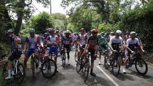 Le peloton à l'arrêt pour marquer son mécontenement au lendemain des nombreuses chutes, le 29 juin lors de la 4e étape du Tour de France. (CHRISTOPHE PETIT-TESSON / EPA via MAXPPP)