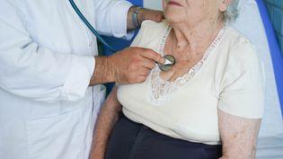 Une personne est en consultation avec son médecin généraliste, le 26 mai 2020, à Cahors (Lot). (GARO / PHANIE / AFP)