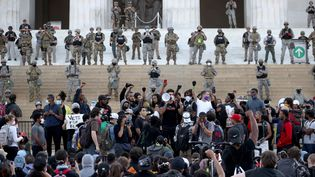 Des membres de la Garde nationale américaine, face à des manifestants, sur les marches du mémorial de Lincoln, à Washington DC (Etats-Unis), le 2 juin 2020. (WIN MCNAMEE / GETTY IMAGES NORTH AMERICA / AFP)