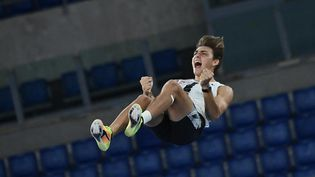 Le Suédois Armand Duplantis, laisse exploser sa joie en ayant passé une barre à 6.15m en extérieur. (ANDREAS SOLARO / AFP)