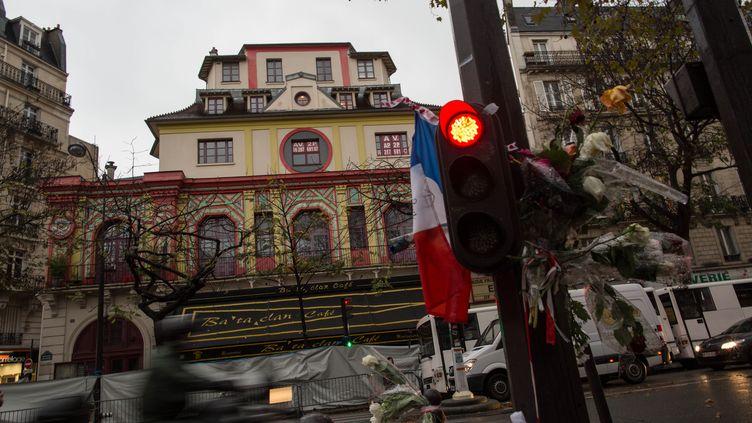 Devant le Bataclan, à Paris, le 20 novembre 2015. (GUILLAUME PAYEN / NURPHOTO / AFP)