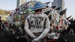 Des militants écologistes défilent dans les rues de Jakarta (Indonésie) pour protester contre les plastiques à usage unique, le 21 juillet 2019. Le défilé visait notamment à exhorter le gouvernement à cesser d'importer des déchets de l'étranger. (EKO SISWONO TOYUDHO / ANADOLU AGENCY / AFP)