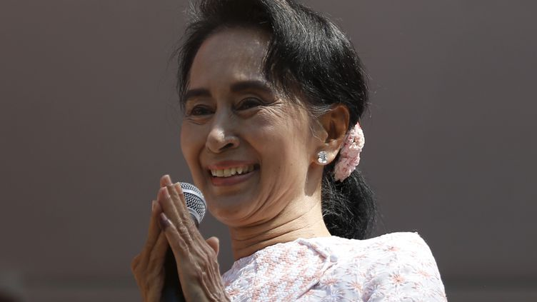 Aung San Suu Kyi prononce un discours à Rangoun (Birmanie), le 9 novembre 2015. (JORGE SILVA / REUTERS)