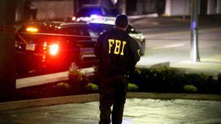 Un agent du FBI devant l'église noire de Charleston (Caroline du Sud, Etats-Unis), cible d'une fusillade le 17 juin 2015. (DAVID GOLDMAN / AP / SIPA)