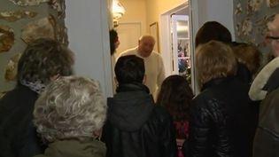 Le réveillon de Noël représente avant tout une ambiance qui commence dès le mois de décembre. À Ajou, une petite commune de l'Eure, les habitants ont pris au mot le calendrier de l'Avent. Cependant, au lieu d'ouvrir une petite case avec une surprise chaque jour, ils ouvrent la porte d'un voisin. (France 3)