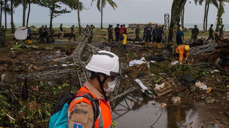 Les secouristes recherchent des victimes du tsunami dans la région de Pandeglang, dans l'ouest de l'île de Java, le 24 décembre. (VERI SANOVRI / XINHUA)