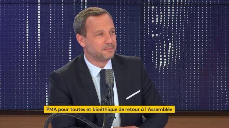 Adrien Taquet, secrétaire d'État chargé de la protection de l'enfance et des familles auprès du ministre des Solidarités et de la Santé, invité de franceinfo le 28 juillet 2020. (FRANCEINFO / RADIOFRANCE)