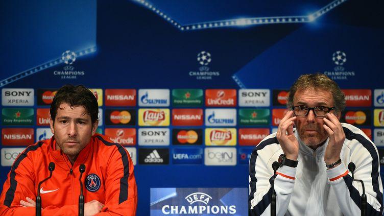 Maxwell et Laurent Blanc en conférence de presse avant le quart de finale face à Manchester City (FRANCK FIFE / AFP)