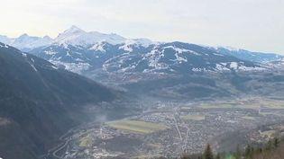 Au pied de la Mer de Glace, à Chamonix (Haute-Savoie), Emmanuel Macron était attendu par les associations locales sur les problèmes de la qualité de l'air dans la vallée de l'Arve, le lieu de passage obligatoire pour de nombreux poids lourds qui empruntent le tunnel du Mont-Blanc. (FRANCE 2)