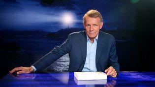 """Le journaliste Patrick Poivre d'Arvor lors de l'émission littéraire """"Vol de nuit"""", le 27 septembre 2007. (PIERRE VERDY / AFP)"""
