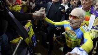 Le centenaire Robert Marchand a battu son propre record à vélo, au Vélodrome de Saint-Quentin-en-Yvelines (Yvelines), le 31 janvier 2014. (LIONEL BONAVENTURE / AFP)