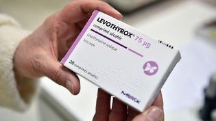 Une boîte de Levothyrox entre les mains d'une patiente à Saint-Gaudens (Haute-Garonne), le 4 décembre 2017. (REMY GABALDA / AFP)