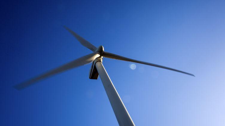 Une turbine éolienne près du village de Rugsted, au Danemark, le 13 décembre 2015. (JONATHAN NACKSTRAND / AFP)