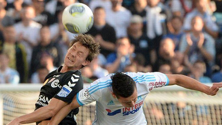Franck Signorino (Reims) face à Florian Thauvin (Marseille) (BORIS HORVAT / AFP)