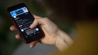 L'écran d'un téléphone le 24 avril 2021 à Berlin (Allemagne). (FABIAN SOMMER / DPA / AFP)