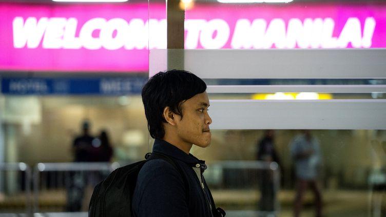 Le pêcheur philippin Rolando Omongos, 21 ans, à l'aéroport de Manille (Philippines), mercredi 29 mars 2017. (NOEL CELIS / AFP)