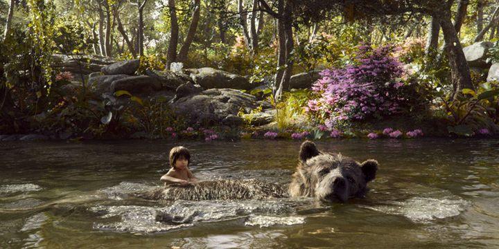 """Neel Sethi (Mowgli) prend du bon temps avec l'ours Baloo dans """"Le Livre de la jungle"""" de Jon Favreau  (The Walt Disney Company France )"""