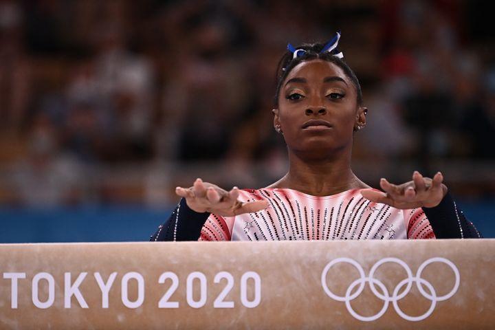 Simone Biles a participé à la finale de la poutre, le 3 août 2021. (LIONEL BONAVENTURE / AFP)