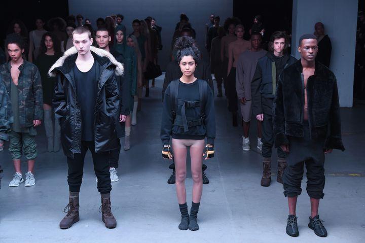 Kanye West présente sa collaboration avec Adidas : les Yeezy 750 Boost et sacollection de vêtements, à la fashion week de New York, en février 2015  (Theo Wargo / GETTY IMAGES NORTH AMERICA / AFP)