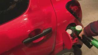 Élargissement du chèque énergie, doublement du nombre de primes à la conversion ... Le gouvernement d'Édouard Philippe planche sur les aides à destination des gros conducteurs. (FRANCE 2)