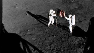 """Dans le documentaire """"Apollo 11 : Retour vers la lune"""", Neil Armstrong et Buzz Aldrin déploient le drapeau américain sur la Lune. (NASA)"""