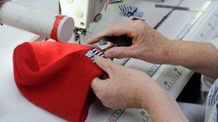 Un bonnet rouge de la marque Armor Lux fabriqué à Quimper (Finistère), le 31 octobre 2013. (FRED TANNEAU / AFP)