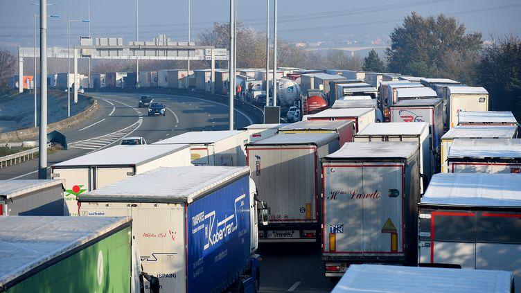 Embouteillage de camions sur l'A10, près de Bordeaux, le 21 novembre 2018. (NICOLAS TUCAT / AFP)