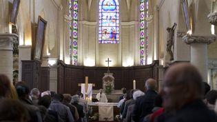 Une célébration religieuse dans l'église de Saint-Cyr-Sainte-Julitte, à Villejuif, dans le Val-de-Marne, le 6 avril 2015. (KENZO TRIBOUILLARD / AFP)