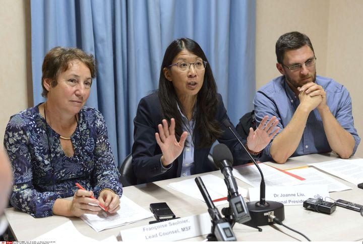 Joanne Liu, président de MSF International, entourée de deux responsables de l'ONG, à Genêve (Suisse), le 7 octobre 2015. (MARTIAL TREZZINI / AP / SIPA)
