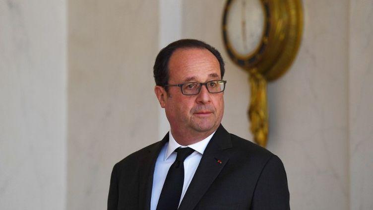 Le président de la République devant le palais de l'Elysée le 12 avril 2017. (GABRIEL BOUYS / AFP)