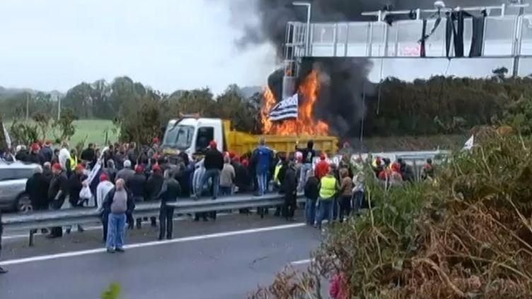 Les manifestants ont mis feu au portiquede Saint-Allouestre dans le Morbihan, samedi 2 novembre 2013. (CAPTURE FRANCETV INFO)