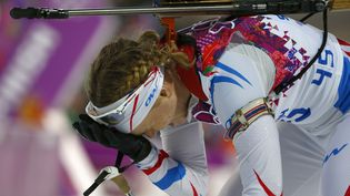 La FrançaiseAnaïs Bescond, déçue après son échec dans l'épreuve du 15 km de biathlon des Jeux de Sotchi (Russie), le 14 février 2014. (CARLOS BARRIA / REUTERS)