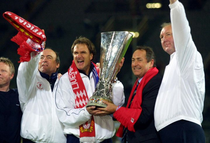 Gérard Houllier tient le trophée de l'Europa League remportée avec Liverpool en 2001. (OLIVIER MORIN / AFP)