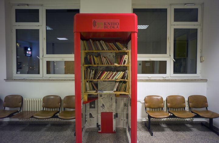 La première de ces mini-bibliothèques a été inaugurée le 9 janvier 2014 dans un hôpital de Prague, la capitale tchèque. (MICHAL CIZEK / AFP)