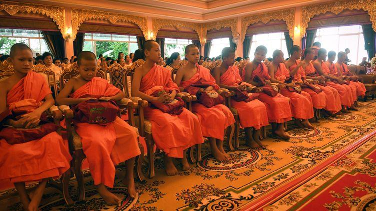 """Les joueurs des """"Sangliers sauvages"""" assistent à une cérémonie, à la fin de leur retraite au temple bouddhiste deWat Phra That Doi, en Thaïlande, le 4 août 2018. (LILLIAN SUWANRUMPHA / AFP)"""