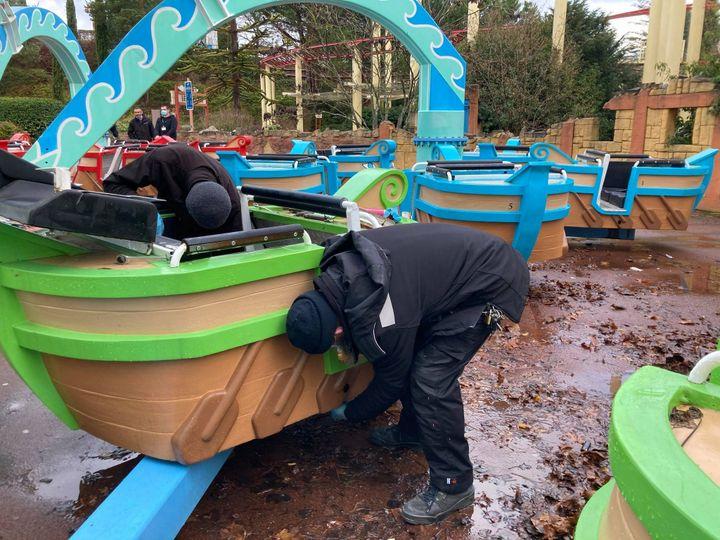 En attendant la réouverture, les techniciens de maintenance du parc Astérix procèdent au démontage, au nettoyage et au remontage des manèges, le 20 décembre 2020. (VICTORIA KOUSSA / FRANCE-INFO)
