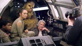 """De gauche à droite : Finn (John Boyega), Rey (Daisy Ridley), Chewbacca (Peter Mayhew) et Han Solo (Harrison Ford) sur le tournage de """"Star Wars"""" version 7, """"Le réveil de la force"""" (VANITY FAIR / YOUTUBE  )"""