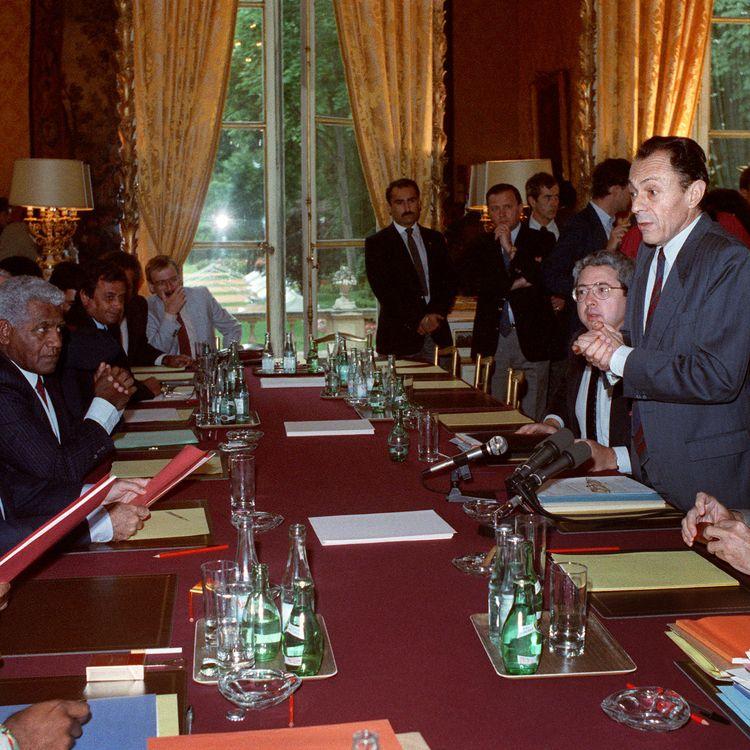 Le premier ministre Michel Rocard, avec à ses côtés son directeur de cabinet Jean-Paul Huchon, s'adresse à Jean-Marie Tjibaou, leader du FLNKS, etau président du RPCRJacques Lafleur,le 26 juin 1988 à l'hôtel Matignon à Paris, après la signature des accords. (JEAN-LOUP GAUTREAU / AFP)