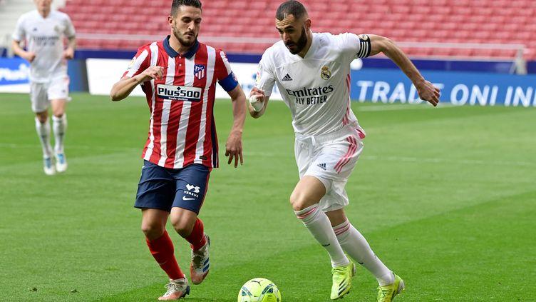L'Atlético Madrid de Koke (à gauche) est un solide leader en Liga, mais le Barça et le Real Madrid de Karim Benzema peuvent encore croire au titre. (JAVIER SORIANO / AFP)