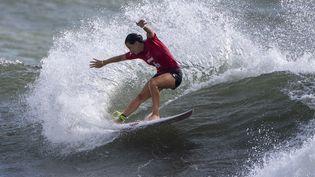 La Française Johanne Defay lors de l'épreuve de surf des Jeux olympiques de Tokyo le 26 juillet 2021. (OLIVIER MORIN / AFP)
