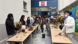 Les moins de 26 ans qui bénéficient de la Garantie Jeunes sont encadrés par les Missions locales, où ils sont initiés à plusieurs métiers, comme ici celui de fleuriste. (MISSION LOCALE DE PARIS)